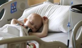 Landon Kimich, de dos años, duerme mientras recibe quimioterapia por un neuroblastoma en el Centro para el Cáncer M.D. Anderson en Houston, el viernes 22 de mayo de 2015.  Los cambios que redujeron la agresividad de los tratamientos para el cáncer infantil en Estados Unidos han tenido un doble dividendo: aumentaron como nunca el número de niños que sobrevive a la enfermedad y eliminaron las complicaciones de largo plazo que les causaban la muerte hace una generación, de acuerdo con un nuevo estudio, difundido el domingo 31 de mayo. (AP Foto/Pat Sullivan)
